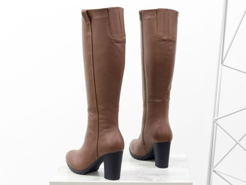 Женские высокие сапоги на зиму из натуральной кожи коричневого цвета на каблуке