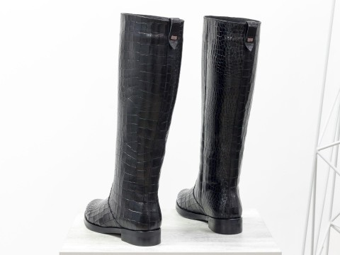 Черные высокие сапоги из натуральной кожи  текстурой крокодил на маленьком каблуке