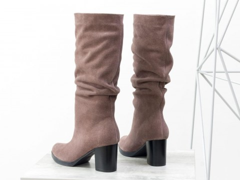 Женские замшевые сапоги на каблуке темно-бежевого цвета