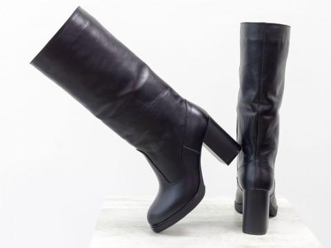 Зимние сапоги на каблуке из кожи черного цвета украшены ремнем-трансформером с мехом цигейки