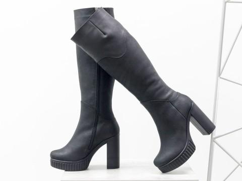 Зимние сапоги на высоком каблуке из черной матовой кожи