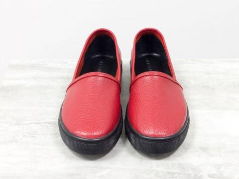 Женские мокасины из натуральной кожи-флотар с перфорацией красного цвета