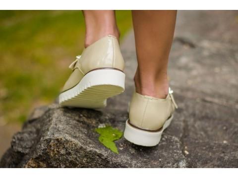 Бежевые туфли из натуральной лаковой кожи с металлической пряжкой на белой подошве