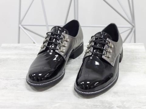 Черные лаковые туфли в комбинации с серебристой кожей на шнуровке