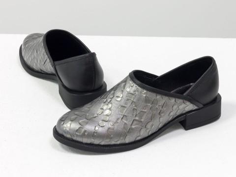 Женские закрытые туфли из натуральной кожи серого цвета с текстурой крокодил и каплями лака