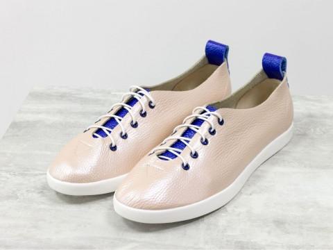 Женские спортивные туфли из натуральной кожи пудрового и синего цвета на белой подошве