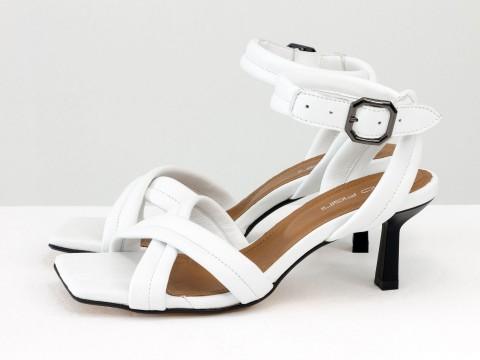 Дизайнерские белые босоножки на небольшом каблуке выполнены из натуральной итальянской кожи, С-2123-04