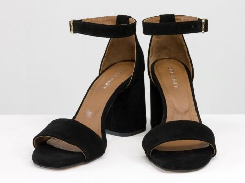 Черные классические босоножки с ремешком вокруг на расклешенном каблуке из натуральной замши