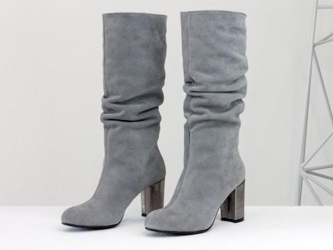 Серые замшевые сапоги на обтяжном каблуке цвета никель