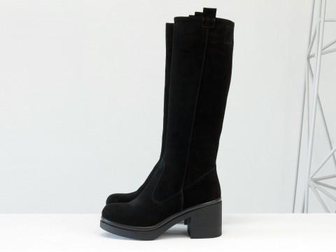 Сапоги черного цвета из натуральной замши на устойчивом невысоком каблуке, Коллекция Осень-Зима