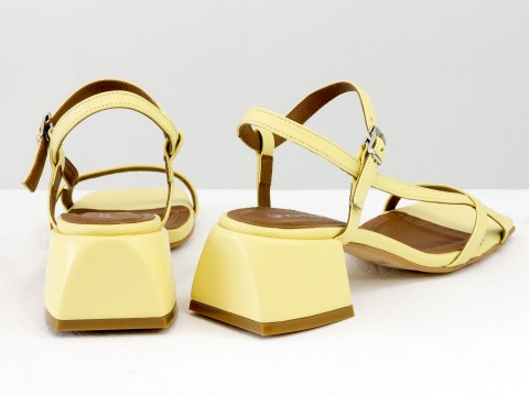 Дизайнерские желтые босоножки на обтяжном каблуке  из натуральной итальянской кожи