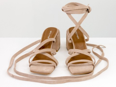 Дизайнерские бесшовные босоножки на завязках, выполнены из натуральной итальянской кожи персикового цвета