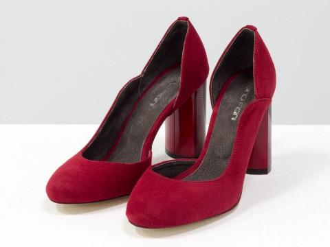 Красные туфли из натуральной замши на глянцевом красном каблуке с геометрическим рисунком