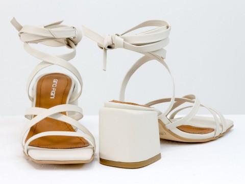 Дизайнерские бесшовные босоножки на завязках, выполнены из натуральной итальянской кожи молочного цвета