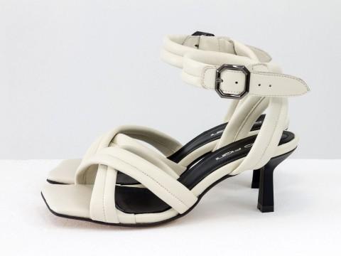 Дизайнерские бежевые босоножки на небольшом каблуке выполнены из натуральной итальянской кожи, С-2123-06