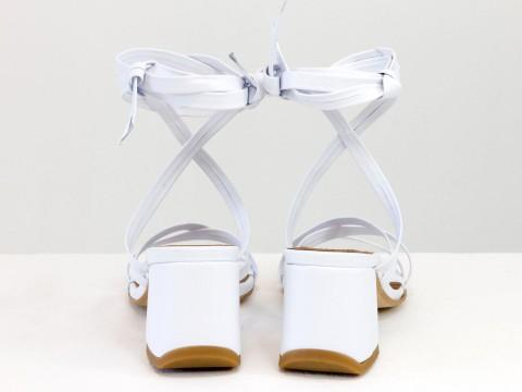 Дизайнерские бесшовные босоножки на завязках, выполнены из натуральной итальянской кожи белого цвета