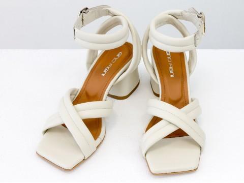 Дизайнерские бежевые босоножки на  матовом устойчивом каблуке из натуральной итальянской кожи