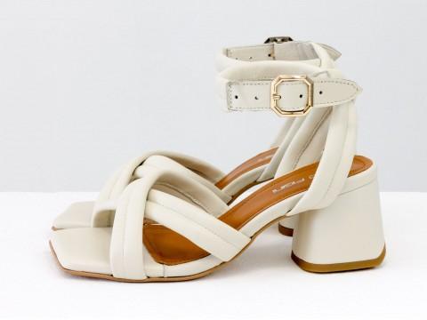 Дизайнерские бежевые босоножки на небольшом каблуке выполнены из натуральной итальянской кожи, С-2123-05