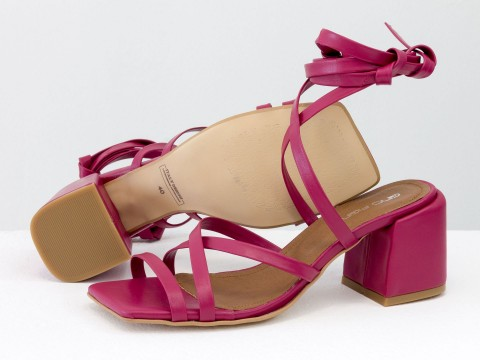 Дизайнерские бесшовные босоножки на завязках, выполнены из натуральной итальянской кожи малинового цвета