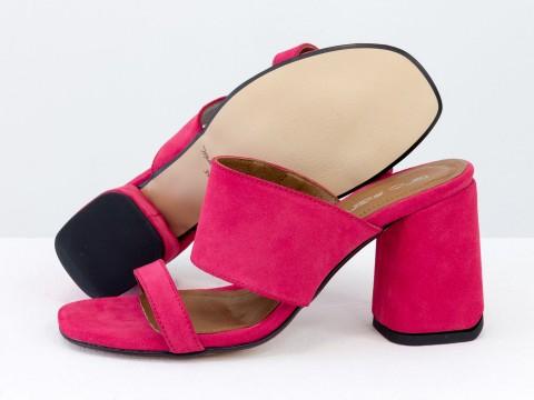 Классические босоножки из замши малинового цвета на расклешенном каблуке