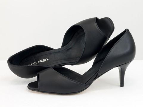 Летние туфли с открытым носиком на невысокой шпильке из натуральной кожи черного цвета