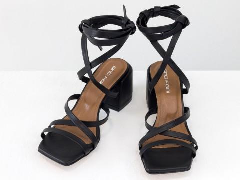 Дизайнерские бесшовные босоножки на завязках, выполнены из натуральной итальянской кожи черного цвета