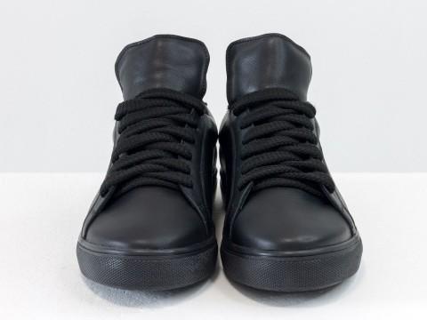 Женские кожаные кеды черного цвета на утолщенной прорезиненной подошве