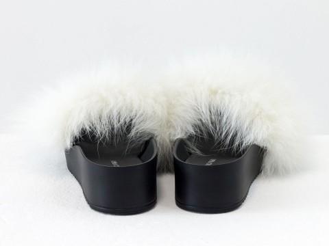 Меховые шлепанцы из кожи черного цвета с мехом из натурального песца белого цвета