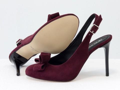 Бордовые туфли на шпильке из натуральной замши украшены бантом