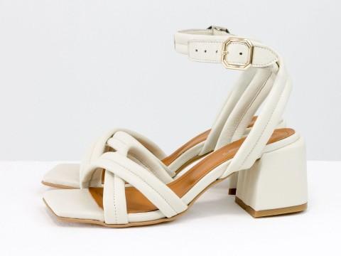 Дизайнерские бежевые босоножки на небольшом каблуке выполнены из натуральной итальянской кожи, С-2123-03