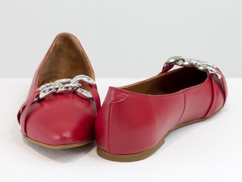 Летние  туфли из итальянской кожи красного цвета на низком ходу с серебряной цепочкой впереди