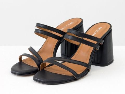 Классические босоножки на каблуке из натуральной черной кожи