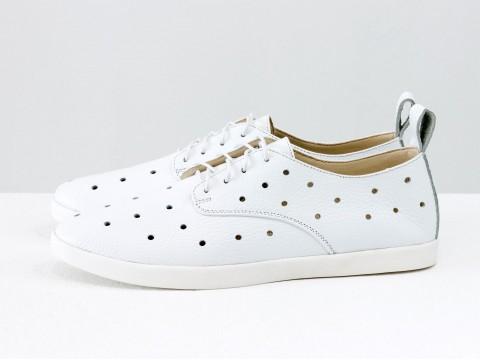 Женские спортивные туфли с перфорацией на низком ходу из натуральной белой кожи