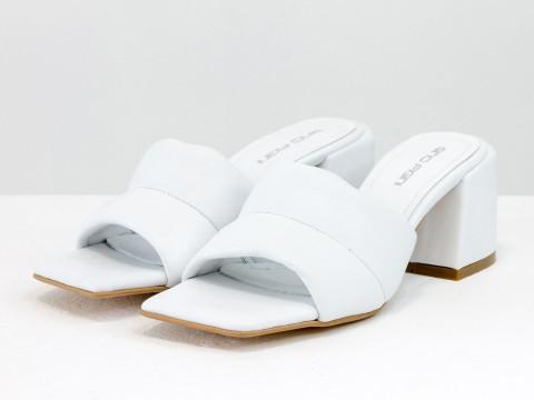 Дизайнерские белые шлепанцы на  матовом каблуке из натуральной итальянской кожи