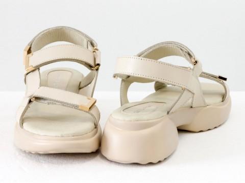 Молочные босоножкииз натуральной кожи с золотой фурнитурой  и застежками-липучками